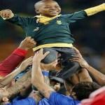 لاعبوا البرازيل يحتفلون بمشجع صغير