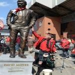 صور .. جماهير ليفربول تصنع تمثالا لمويس امام ملعب انفيلد