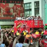 آلاف المشجعين يحتفلون بلاعبي أرسنال بعد الفوز بكأس الاتحاد الإنجليزي