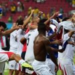 الرئيس الكوستاريكي يحتفل مع الجماهير بتأهل منتخب بلاده إلى دور الثمانية