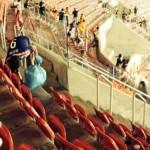 الفريق اليابانى يعتذر لجماهييره .. والجماهير تنظف المدرجات