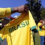 هواة جمع المقتنيات الرياضية مهووسون بقمصان كأس العالم المبتلة بالعرق