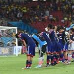 الجماهير اليابانية .. تبهر العالم وتنظف مدرجاتها بعد خسارة منتخبهم من الأفيال