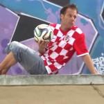 الفرنسي ريمي جيلارد يحتفل بكأس العالم على طريقته