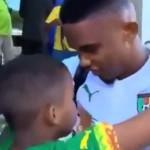 فيديو .. إيتو يعتذر لطفل صغير بالبكاء