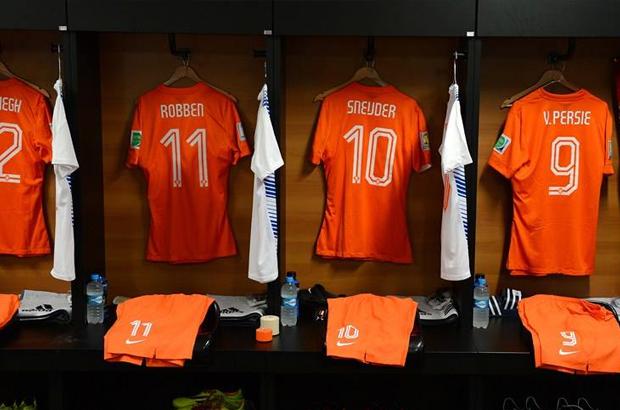التشكيل .. روبين و بيرسي يقودان هجوم هولندا