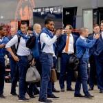 مئات المشجعين يستقبلون هولندا في مطار روتردام
