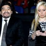"""فيديو .. مارادونا يصفع صحفيا قام بـ""""معاكسة"""" صديقته"""