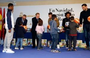 12201528215444751ريال-مدريد-يوزع-الهدايا-على-الأطفال