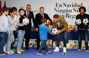 12201528215444752ريال-مدريد-يوزع-الهدايا-على-الأطفال