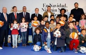 12201528215444753ريال-مدريد-يوزع-الهدايا-على-الأطفال