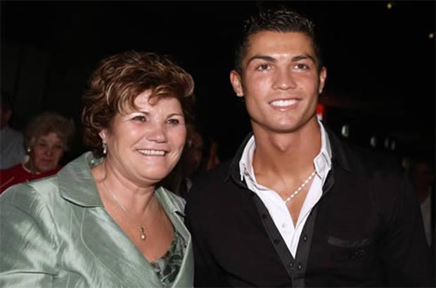 """صورة .. رونالدو يهدي والدته سيارة """"بورش"""" بمناسبة عيد ميلادها"""
