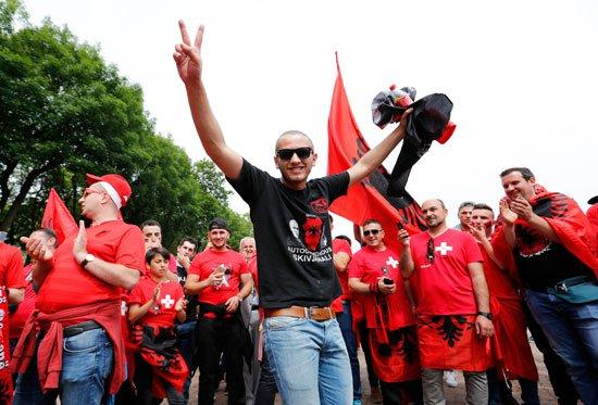 620161112554821-جماهير-ألبانيا-(1)