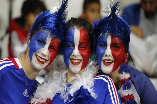مدرجات اليورو| صور .. فرنسا تتحول لإستاد كرنفالي بحضور أساطير الساحرة المستديرة