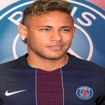 نيمار يلقي بكرة إنتقاله لباريس في ملعب عائلته