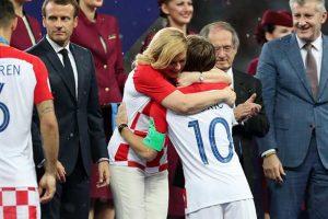بعد دخول التاريخ.. رئيسة كرواتيا تبعث رسالة فخر بأسود المونديال !