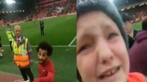 فيديو.. صلاح يتسبب في دموع طفل ووالده بعد لقطة رائعة من الملك !