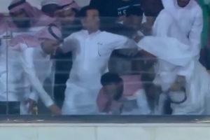 بالفيديو .. رئيس الوحدة السعودي يصاب بإغماء بعد الهدف القاتل