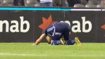 """فيديو.. لاعب نيوزلندي ينعي ضحايا بلده """"بالسجود"""""""