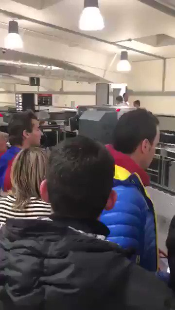 صورة .. جماهير برشلونة تهاجم ميسي بمطار ليفربول
