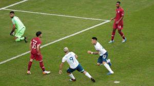 بين الشوطين: هفوة دفاعية تمنح الأرجنتين تقدم هزيل أمام قطر