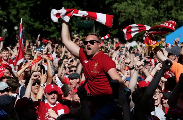 """جماهير ليفربول تحتفل بالـ""""هدية السوبر"""" من ريال مدريد!"""