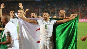"""فرنسا بـ""""لون الخضر"""".. الجزائر تحتل """"الشانزليزيه""""!"""